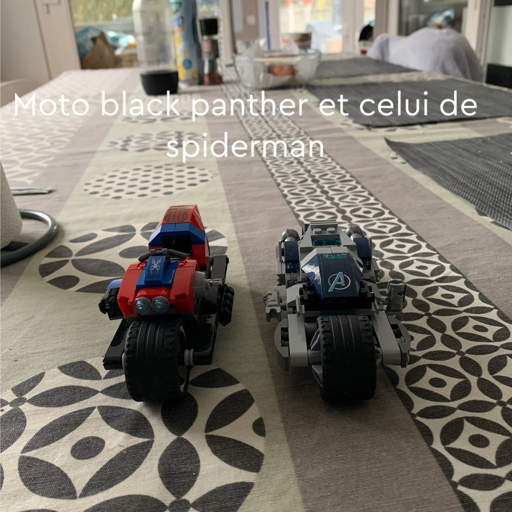 La moto de black Panther et de spiderman