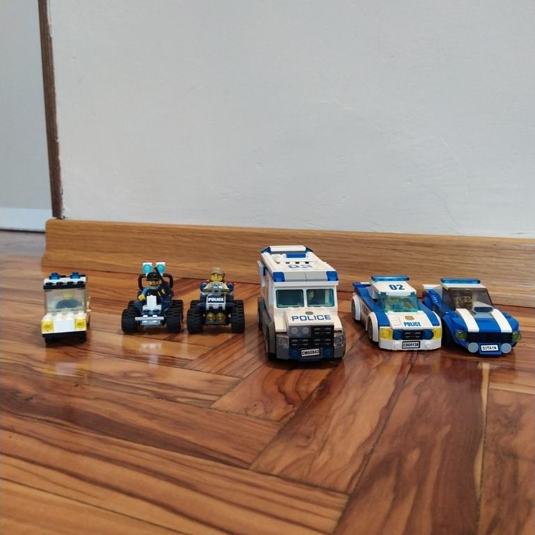 Macchine e quad della polizia a confront