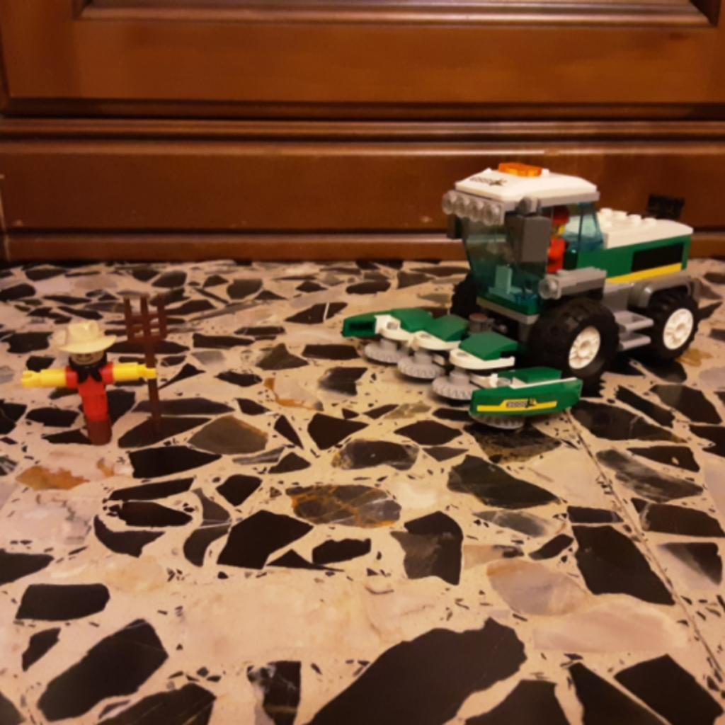 Una macchina che lavora nei campi