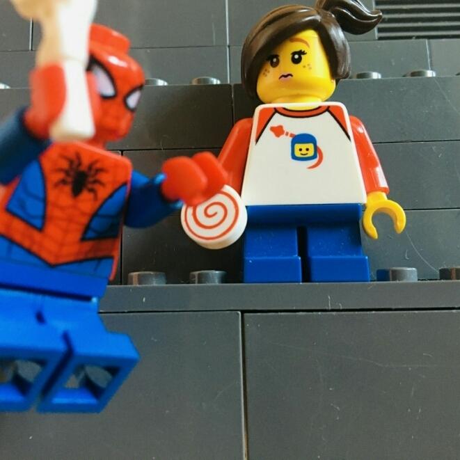 Nieuwsflits: spiderman red kind van flat
