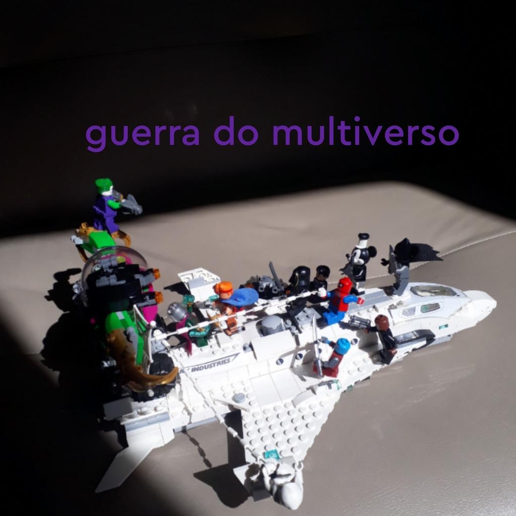 Uma nave com vários bonecos